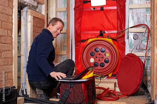 Photo blower door test