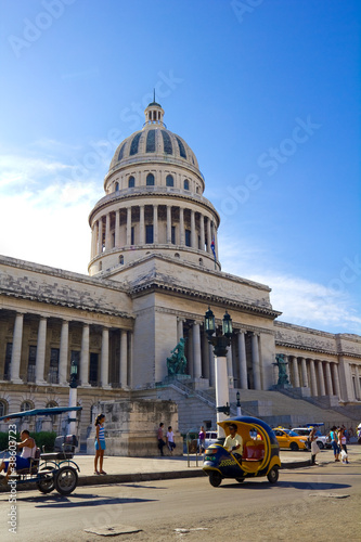 Deurstickers Cubaanse oldtimers The Capitol of Havana, Cuba.