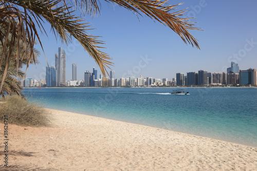 Beach and skyline of Abu Dhabi, United Arab Emirates Tablou Canvas