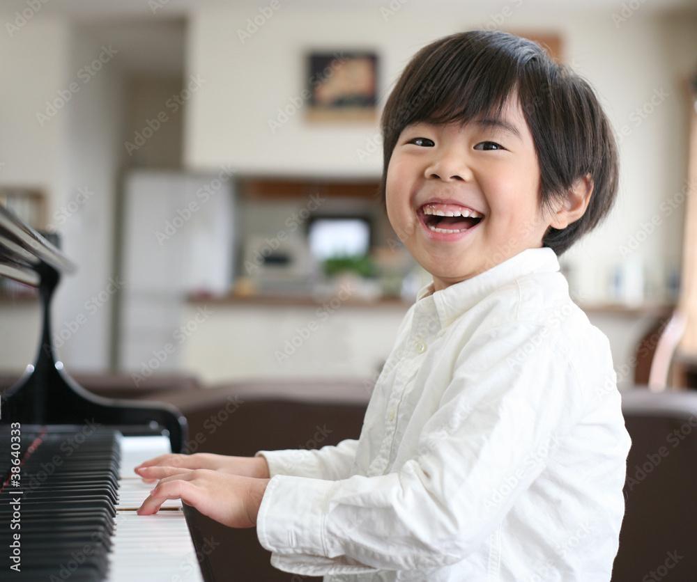 ピアノを弾く男の子 <span>plik: #38640333   autor: taniho</span>