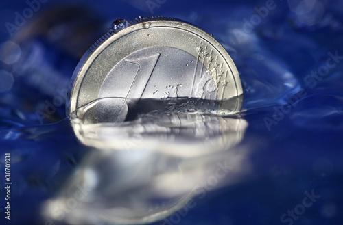 Türaufkleber UFO 1 Euro Münze versinkt in blauem Wasser als Symbol für Wirtschaftskrise