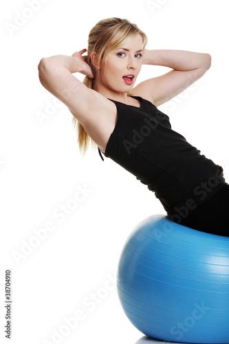 Plakat Młoda dziewczyna z fit ball