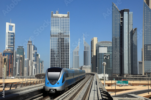 metro-pociagu-srodmiescie-w-dubaj-zjednoczone-emiraty-arabskie