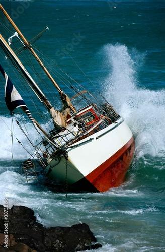 awaria-jachtu-na-skalach-w-sztormowej-pogodzie