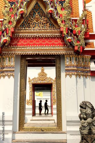 Poster Pekin View through doors in the Wat Pho Temple Bangkok