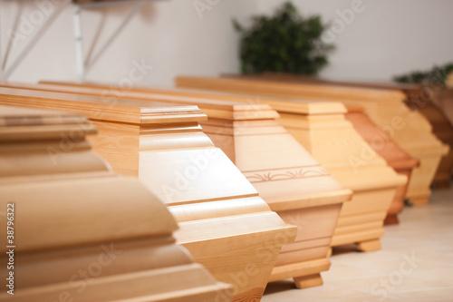 Obraz na plátně Särge in einem Geschäft