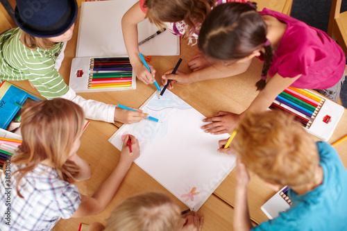 Fotografía  Kinder malen in der Grundschule