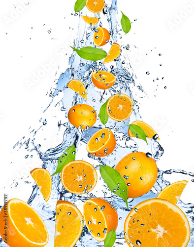 Poster Eclaboussures d eau Oranges falling in water splash, isolated on white background
