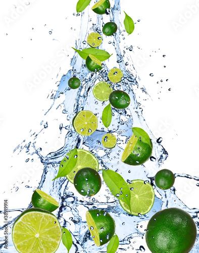 wapno-spada-w-wodnym-plusnieciu-odosobnionym-na-bialym-tle