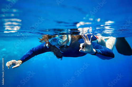 Poster Duiken Scuba diver woman in blue water.