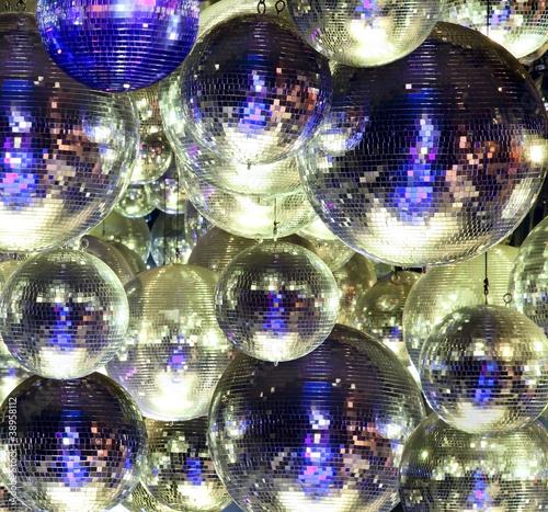 disco-ball-w-klubie-nocnym
