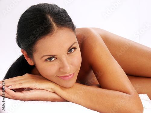 Foto  Rostro y belleza de una latina que cuida su piel.