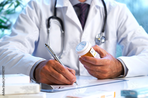 Fotografia  Doctor writing out RX prescription