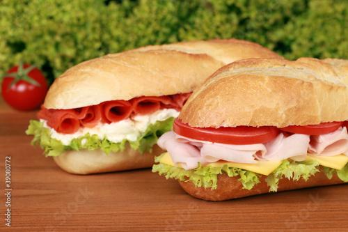 Staande foto Snack Sandwiches belegt mit Schinken und Lachs