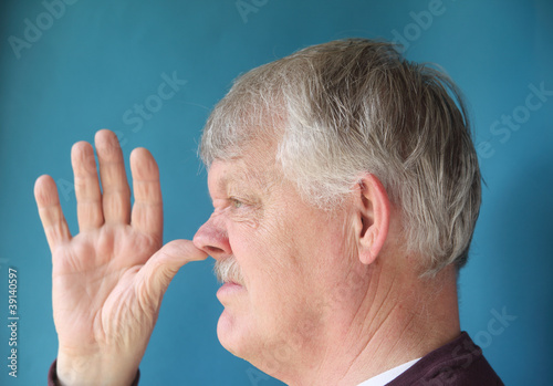 Canvastavla  older man thumbs his nose