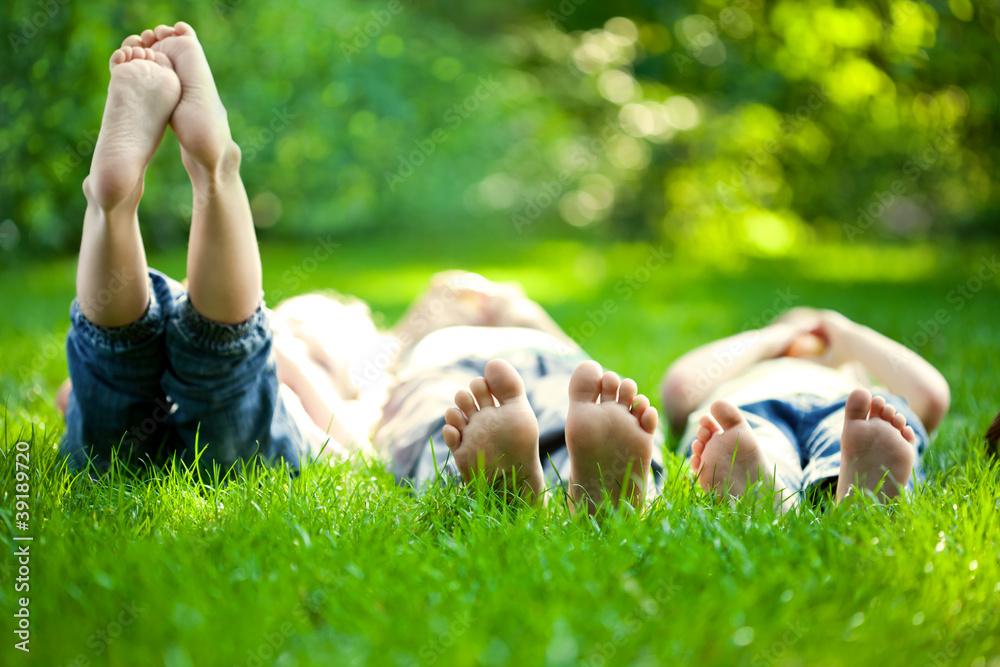Fototapety, obrazy: Children having picnic