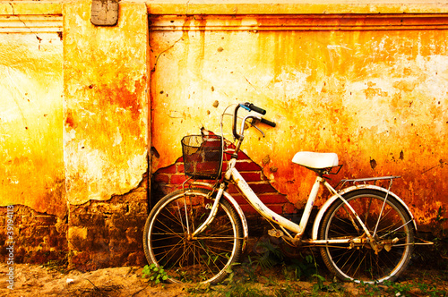 Fotobehang Fiets Old bicycle and brick wall
