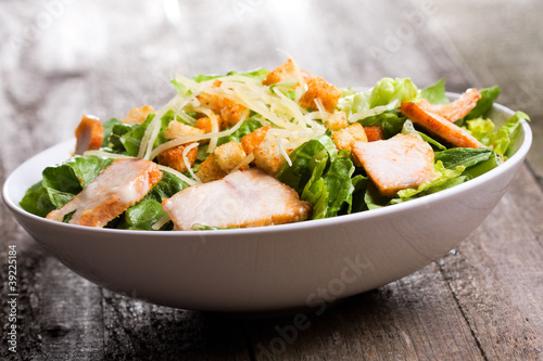 Fotografía  Caesar salad with chicken and greens
