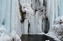 Eiswasserfall Mit Becken