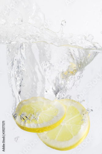 Poster Eclaboussures d eau lemon slices with water splash,isolated