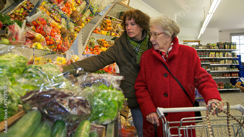 Foto  Ältere Dame beim einkaufen mit Betreuerin