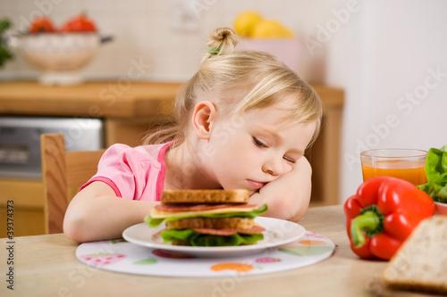 Fototapeta little girl eating? sandwich obraz