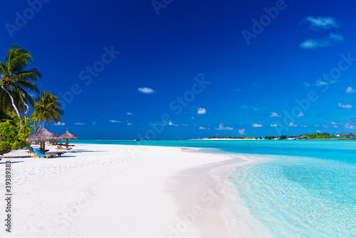 Foto-Schiebegardine Komplettsystem - Palm trees over lagoon and white sandy beach (von Martin Valigursky)