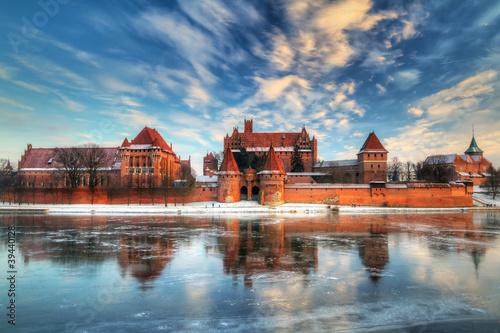 obraz PCV Zamek krzyżacki w Malborku z zamarzniętej rzeki Nogat, Polska