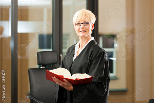 Foto  Anwältin mit Gesetzbuch und Robe