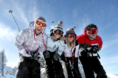 Photo group of teenagers skiing