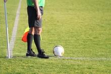Football : Arbitre Assistant Avant Un Coup De Pied De Coin