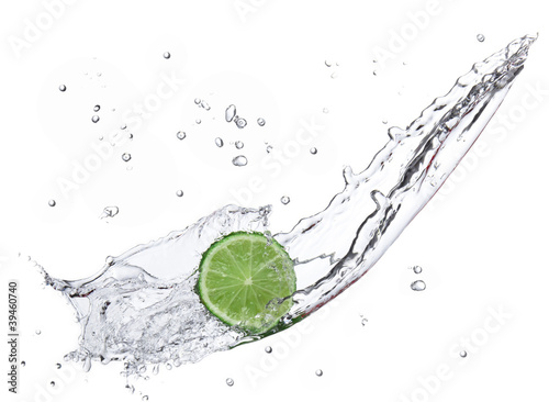 Foto op Canvas Opspattend water Fresh lime with water splash isolated on white