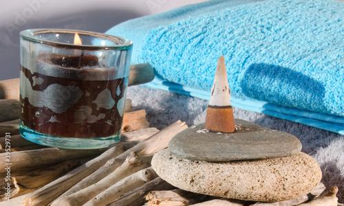 Photo sur Plexiglas Zen pierres a sable Encens et bougie
