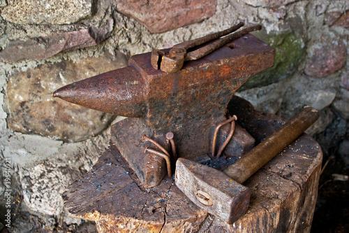 Valokuvatapetti old smithy_anvil & hammer