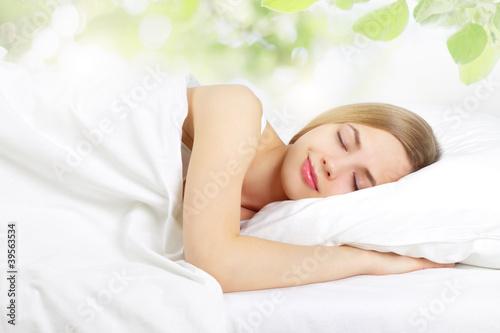 Foto  Schlafendes Mädchen auf dem Bett