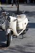Grauer Motorroller in der Fußgängerzone abgestellt