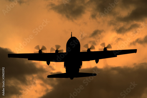 Lockheed C-130 Hercules turboprop cargo aircraft at sunset Fototapet