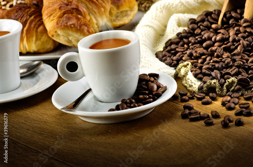 Photo Stands Coffee beans Coffee cup with a croissant and fresh coffee beans