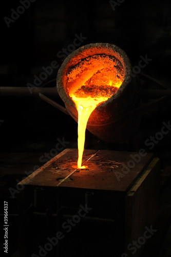 Foundry - molten metal poured from ladle into mould Canvas-taulu