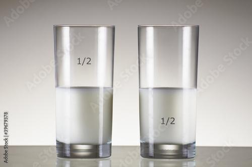 Fotografía  glas of milk half full