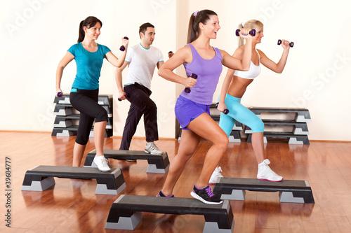 Fotografía  step aerobics with dumbbells