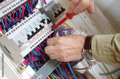 Fotografie, Obraz  électricien montant un tableau électrique