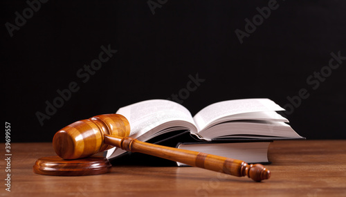 Photo law book and gavel