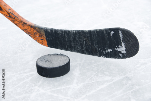 Photo  ice hockey stick and puck on ice