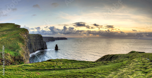 Photo Panoramic view of Cliffs of Moher at sunset in Ireland.