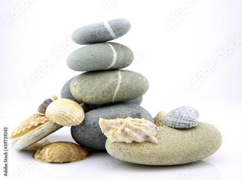 Photo sur Plexiglas Zen pierres a sable empilement de galets et coquillages