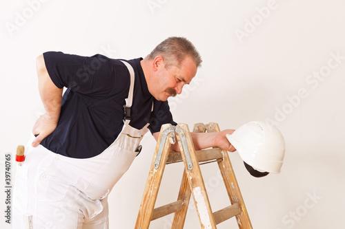 Fotografía  Bauarbeiter mit Rückenschmerzen
