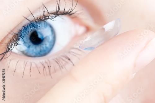 Fotografía  beautiful human eye and contact lens