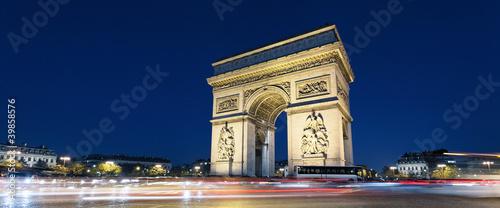 Valokuva  Arc de Triomphe and car lights