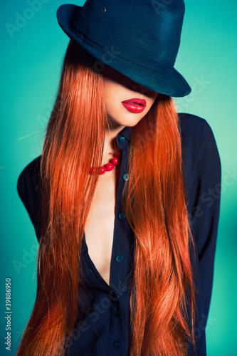 Naklejka premium Seksowna kobieta w kapeluszu